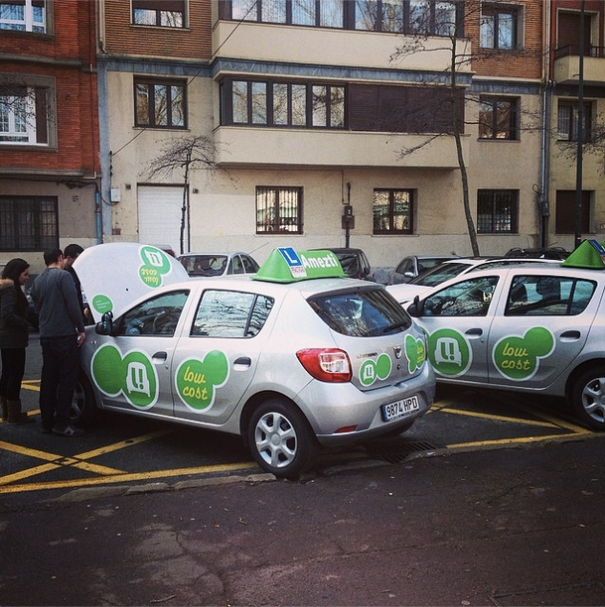 Los coches de Amezti recién rotulados, en plena revisión por parte de profesores y alumnos