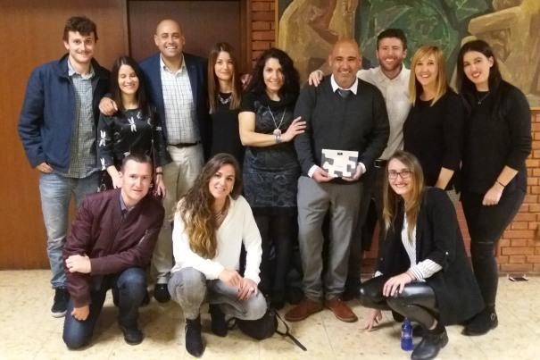 El equipo de Amezti Autoeskola y el de burutü con el premio PesMes 2017